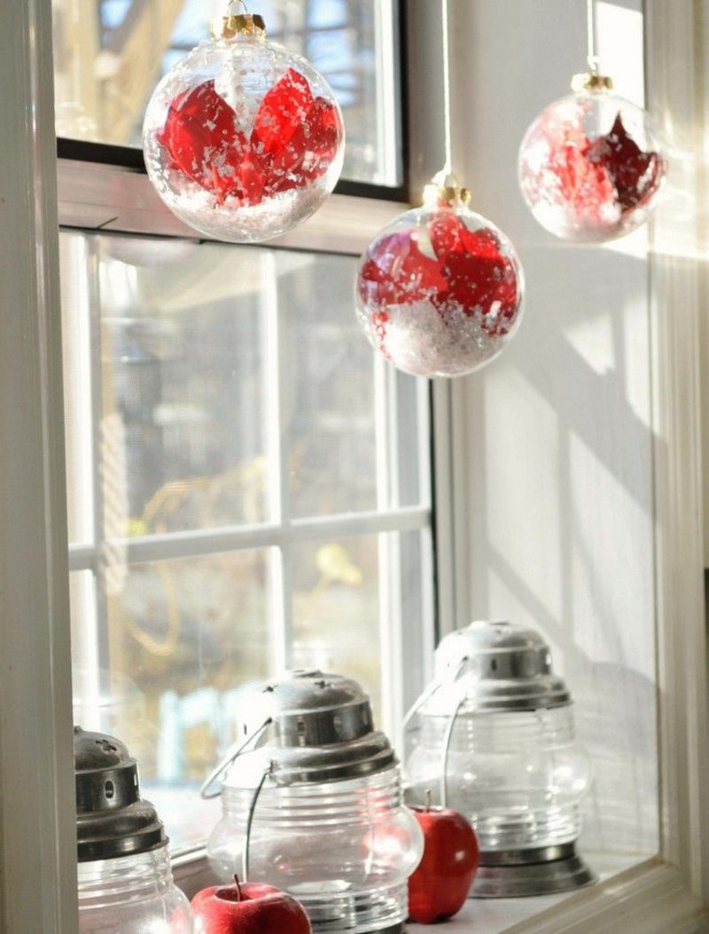 Fensterbilder zu Weihnachten rote Christbaumkugeln und Kerzenlaternen