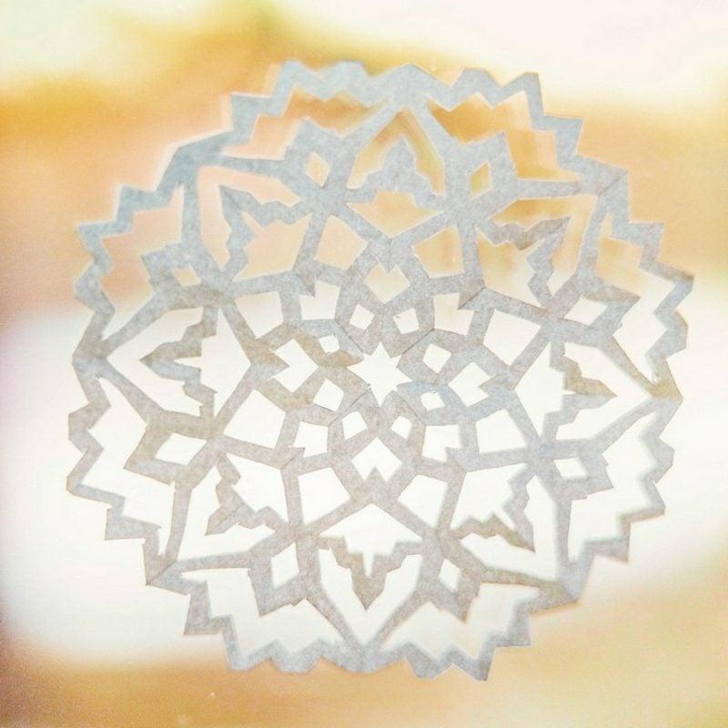 Fensterbilder zu Weihnachten Schneeflocken aus Papier selber basteln