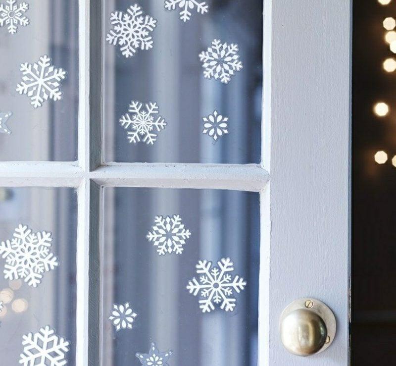 Fensterbilder zu Weihnachten zarte Schneeflocken aus Papier