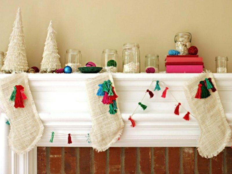 Dekoideen zu Weihnachten Kaminsims Girlande Nikolausstiefeln