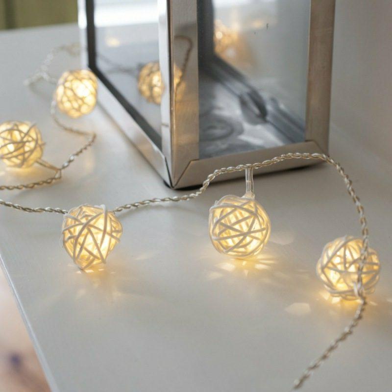Dekoideen zu Weihnachten Lichterketten Kugeln Innenbereich