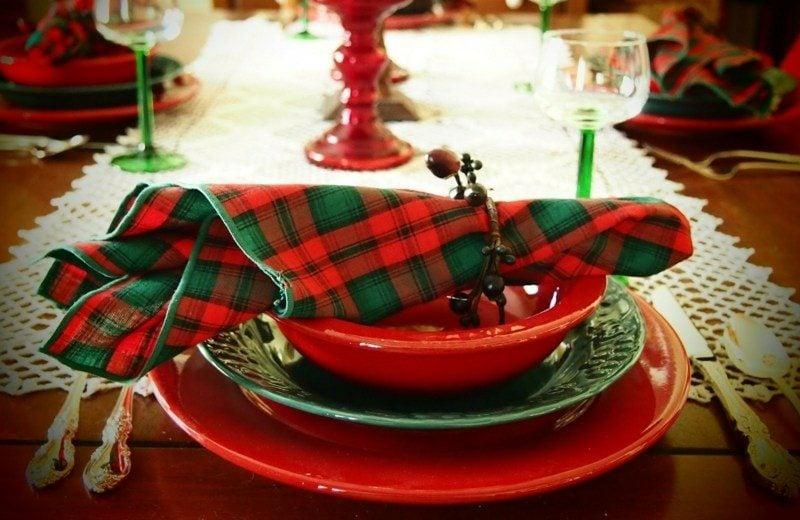 Servietten falten zu Weihnachten dem Tisch einen festlichen Look verleihen