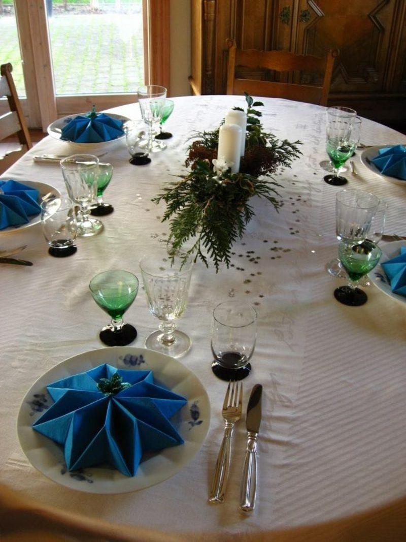 Servietten falten zu Weihnachten Tischdeko blaue Sterne