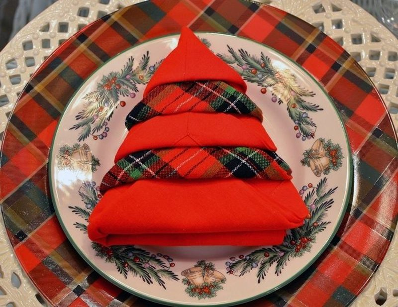 Servietten falten zu Weihnachten Christbaum