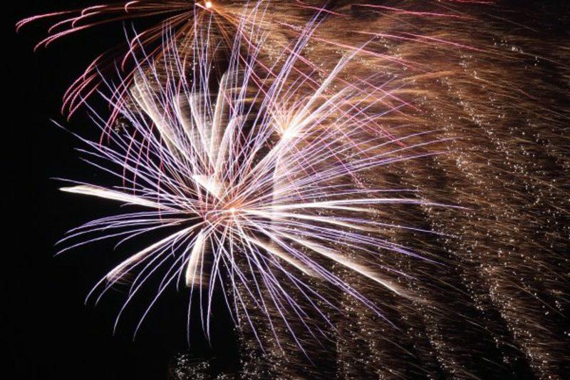 das Neujahrbeginn feiern Feuerwerk