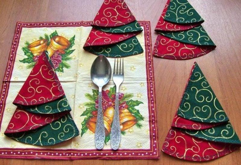 Weihnachtsdeko Ideen Servietten aus Stoff falten Christbaum