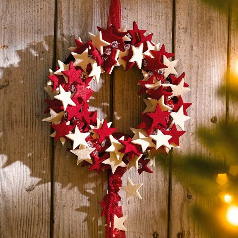 Dekoideen zu Weihnachten Kranz rote und weisse Sterne