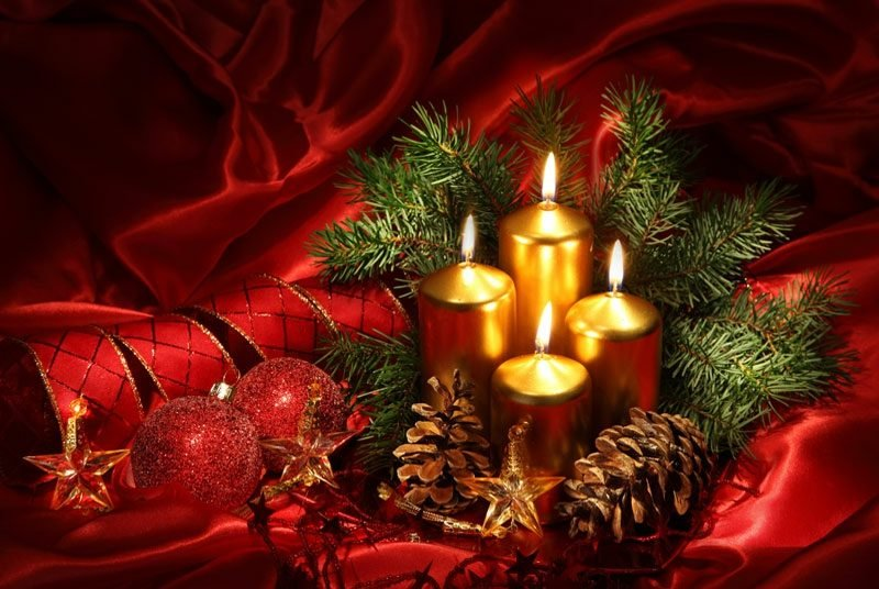 Weihnachtsdeko brennende Kerzen Tannenzapfen Zweige Christbaumkugeln