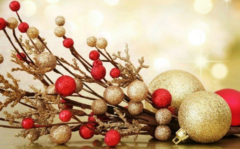 originelle Weihnachtsdeko Zweige und Christbaumkugeln