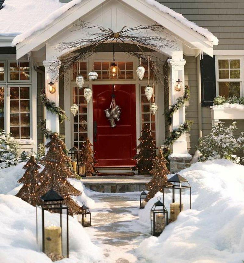 die Haustür zu Weihnachten dekorieren