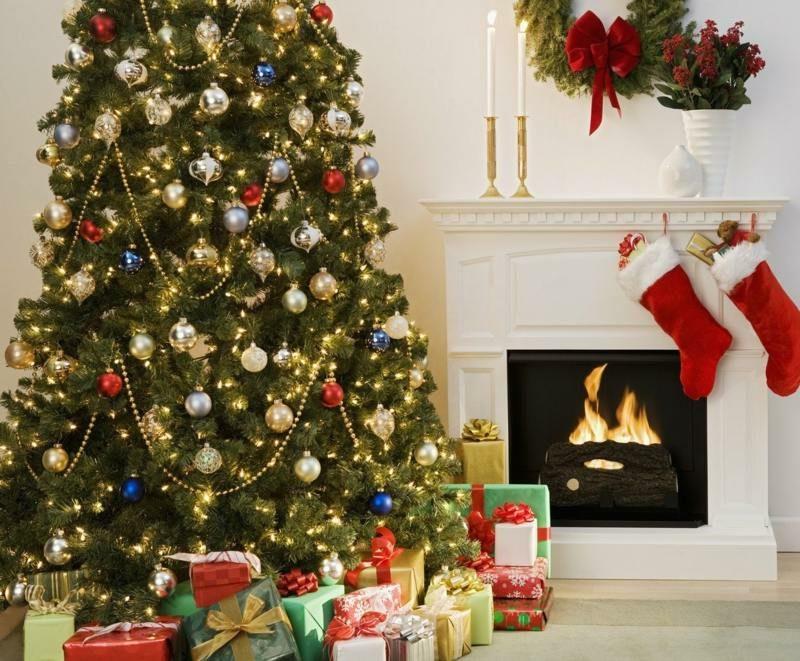 Weihnachtbaum und Geschenke kreative Ideen Mann