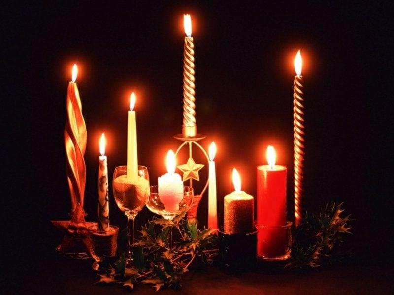 Weihnachtsdeko feierlich brennende Kerzen