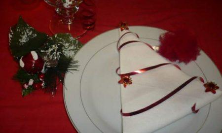 Servietten falten zu Weihnachten Tannenbaum weisse Stoffserviette