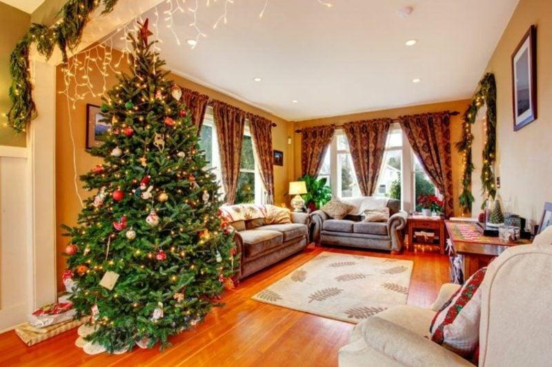 Wohnzimmer weihnachtlich dekoriert Christbaum