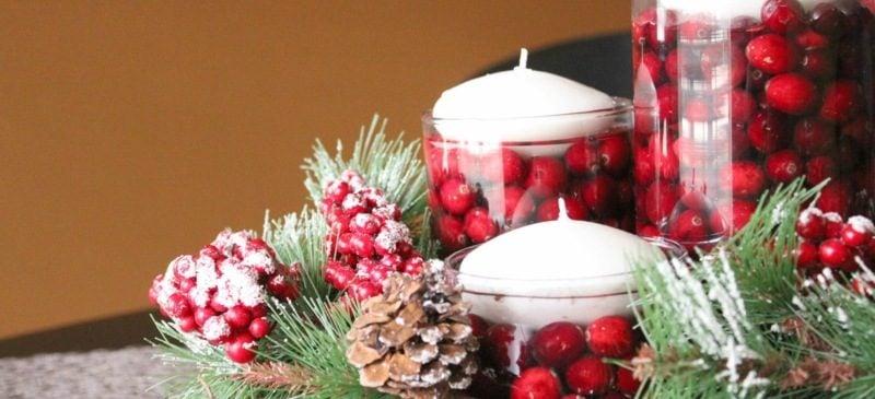 Weihnachtsdeko Kerzen und rote Beeren