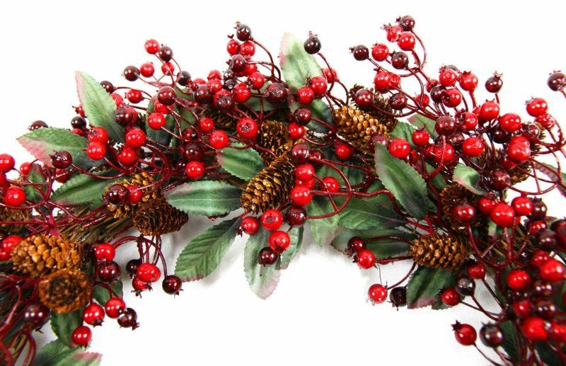 Dekoideen zu Weihnachten Kranz rote Beeren Tannenzapfen