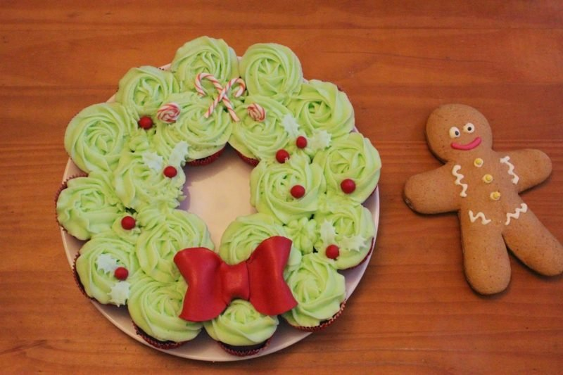coole weihnachts cupcake adventskrant weihnachts cupcakes-cupcake-topping-cupcake-frosting-lebkuchen-mann-lebkuchenmannchen adventskranz weihnachtsessen cupcakes