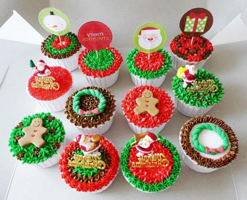 coole weihnachts cupcakes weihnachten ideen rot gruen braun glasur cupcakes