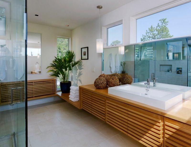 Heizkörperverkleidung aus Holz im Badezimmer