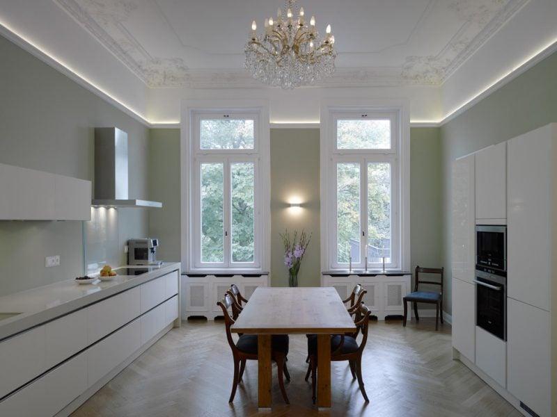 Heizkörperverkleidung in der Küche als Teil von Interieur