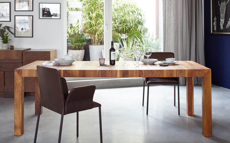 Massivholztische eignen sich perfekt für große Räume