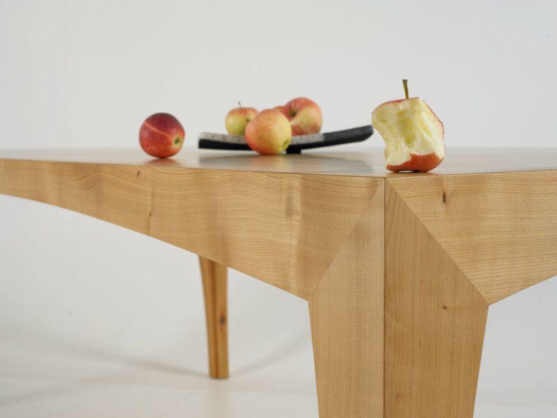 Massivholztische - interessante Form der Beine