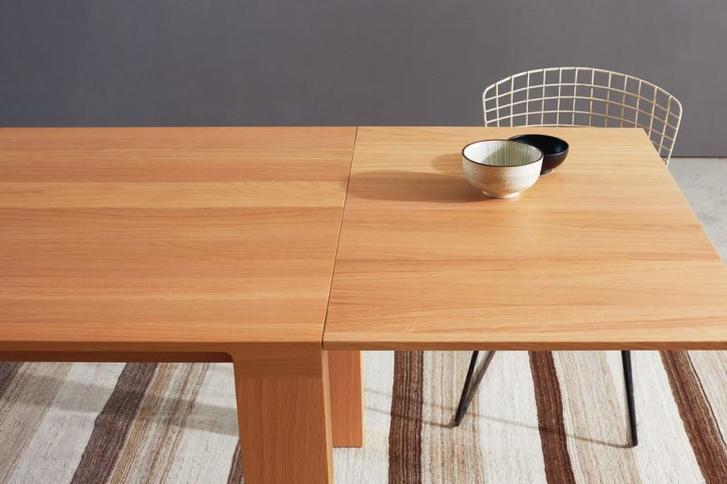 Massivholztische aus hellem Holz vergroessern optisch das Zimmer