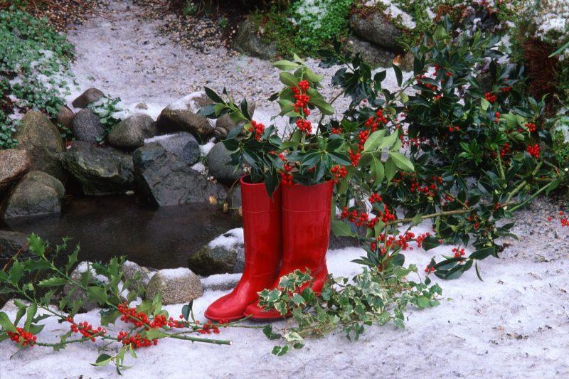 Nikolausgeschenken - die Stiefel mit Blumen befüllen