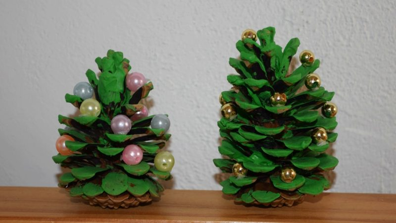 Weihnachtsdeko mit Tannenzapfen