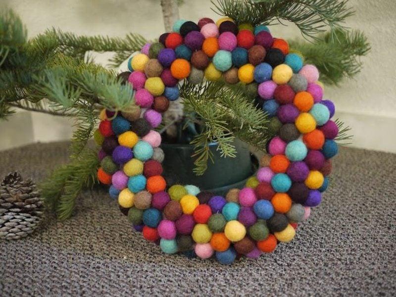 Basteln zu Weihnachten attraktiver Adventskranz aus Filzkugeln