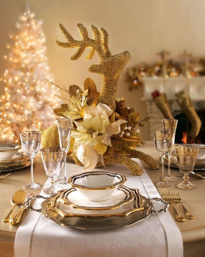 Tisch weihnachtlich dekorieren in Gold