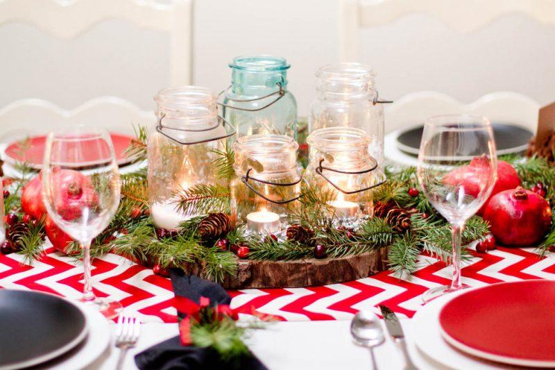 Tisch weihnachtlich dekorieren mit Tannenzapfen