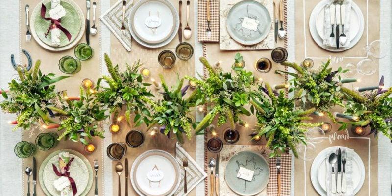 Tisch weihnachtlich dekorieren mit Blumen