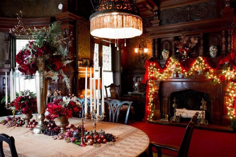 Tisch weihnachtlich dekorieren mit roten Winterblumen