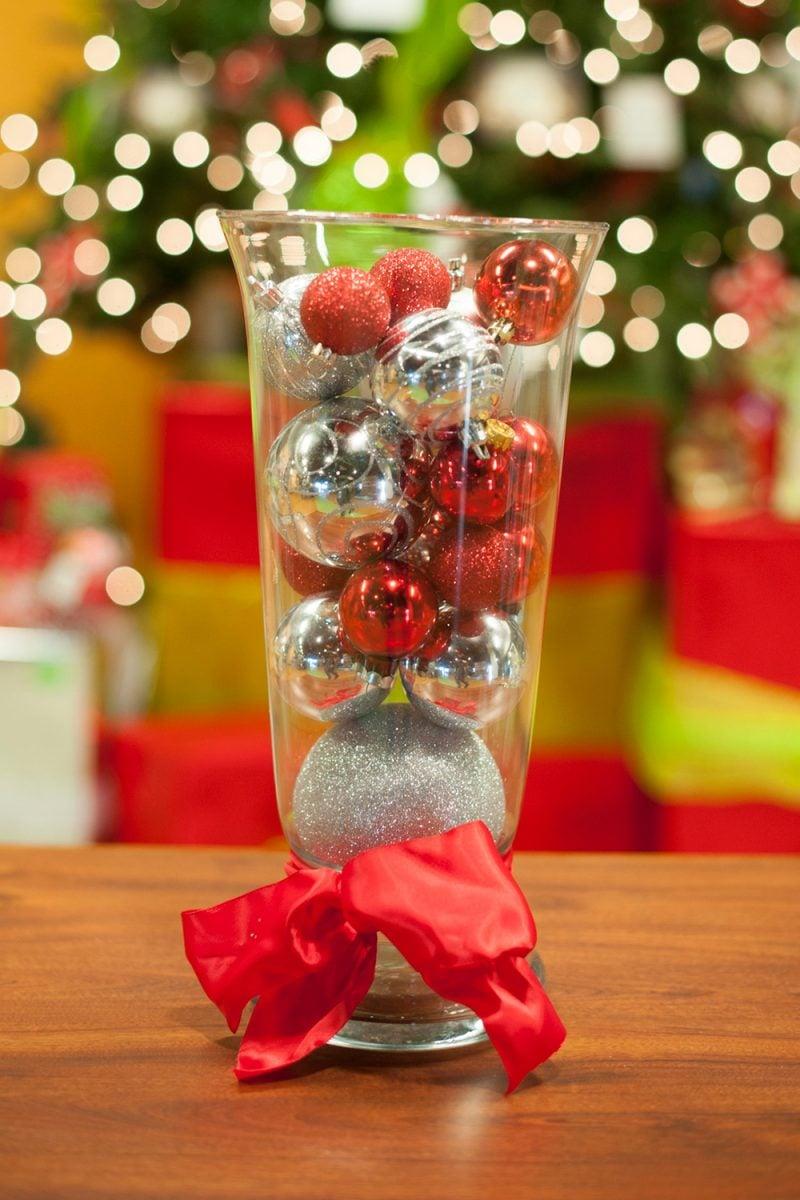 Tisch weihnachtlich dekorieren - Kugeln in Vase