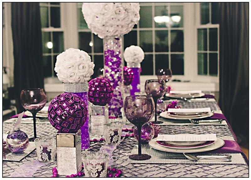 Tisch weihnachtlich dekorieren in Lila