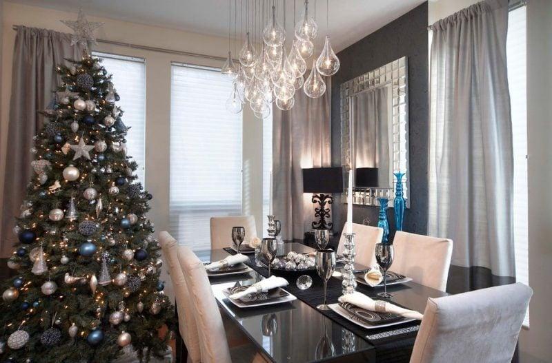Tisch weihnachtlich dekorieren in Silber