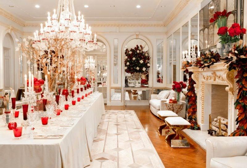Tisch weihnachtlich dekorieren in Rot