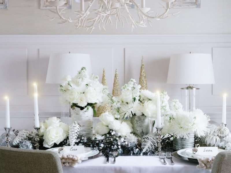 Tisch weihnachtlich dekorieren in Weiß