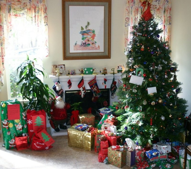 weihnachtsgrusse christmas gifts under the tree
