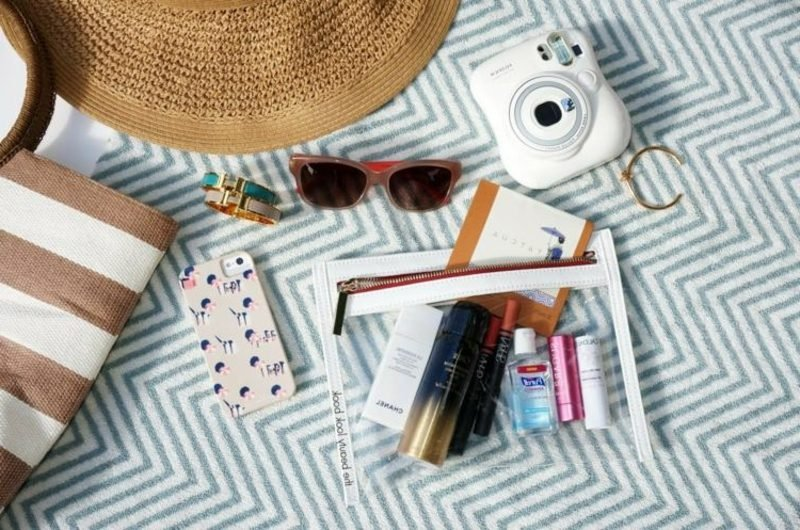Accessoires, die zum Inhalt einer Strandtasche gehören
