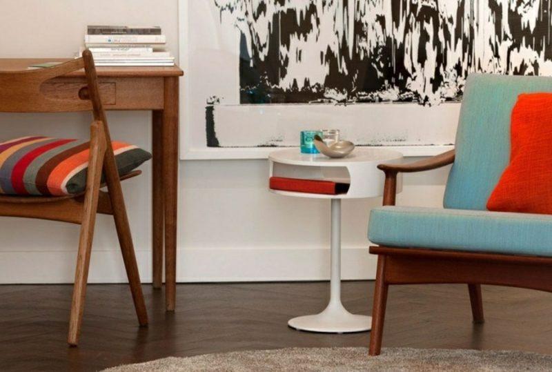 skandinavische Möbel Armsessel hellblaue Polsterung weisser Tisch Holzboden