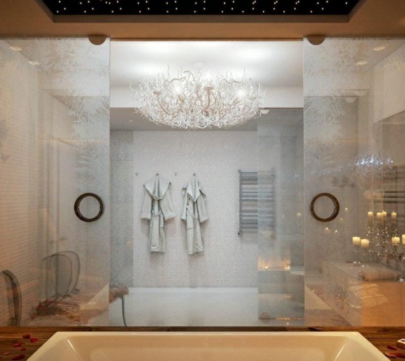 Luxus Badezimmer prachtvolle Einrichtung riesige Badewanne Glas gefrorenes Eis Effekt