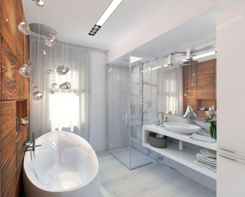 Luxus Badezimmer grosse Wanne aus Porzellan weisse Marmorfliesen originelle Dekorationen