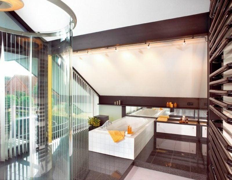 Luxus Badezimmer mit Dachschräge