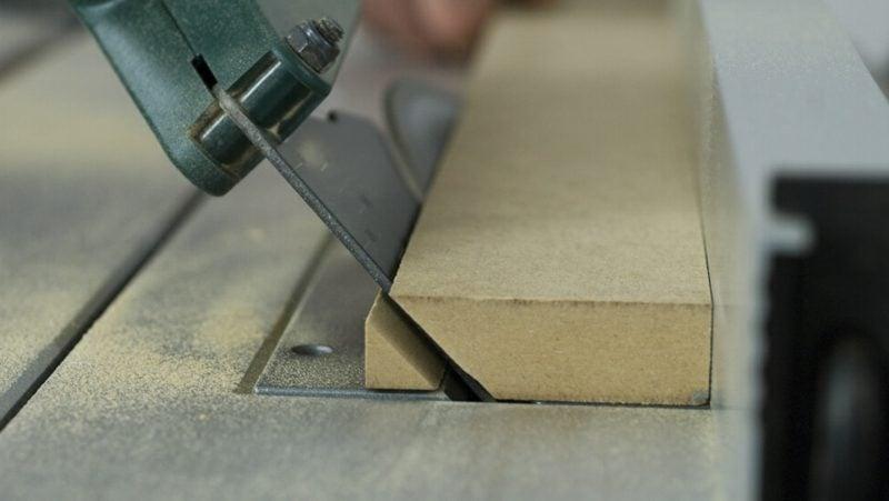 TV Wand selber bauen Hängeleisten ausschneiden