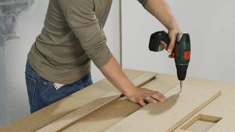 TV Wand selber bauen die Hängeleisten montieren