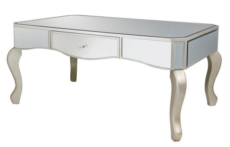 Silberfarbiger Tisch hat eine Wunderwirkung.
