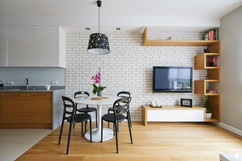 Fernseher, montiert an der Wand weisse Ziegelwand herrlicher Look Essbereich