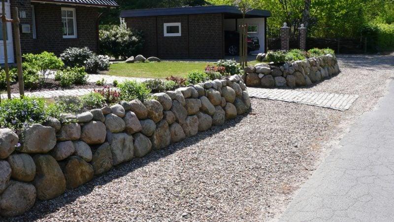 Gartenmauer aus grossen, runden Steinen Blumenbeet Umrandung